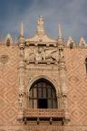 Balcone di Palazzo Ducale con la statua della Giustizia.jpg