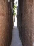 Calle stretta a Venezia.jpg