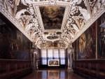 stucchi dela sala delle 4 porte col dipinto del Tiepolo.jpg
